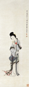 清代の画家、費丹旭(ひたんきょく)による:手に持った一対のブレスレットを見つめている若い女性。髪の上半分は頭のてっぺんで丸くまとめられ、下半分は首の付け根ですっきりとまとめられている。このように首と額を見せるスタイルが、古代中国では理想の美とされた。