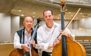 コントラバス奏者ユ・デン(左)とユライ・クカン