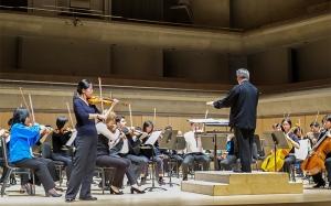 바이올린 솔로 연주자 피오나 정이 사라사테의 치고이네르바이젠을 리허설 중이다.