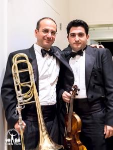 神韻交響楽団のアルメニア人団員、カレン・ハチャトゥリアン(左)とステパン・カラティアン