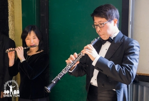 Piccoloist Ying Chen tunes to oboist Yang Sheng's note /A.