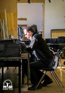 低音大提琴演奏家宇立•庫坎在威爾蒙特的秋色夕陽中放鬆一下。