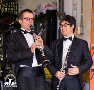 演出前單簧管演奏家伊夫甘尼‧列茲尼克和楊元碩分享快樂。