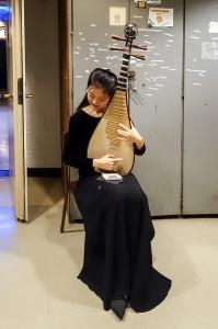 梁鈺在給琵琶調音。