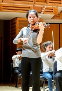 リハーサルでツィゴイネルワイゼンを演奏するソロ奏者フィオナ・ジェン(鄭媛慧)