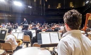 ボストン・シンフォニーホールでリハーサルする神韻交響楽団