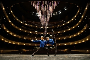 I ballerini della Compagnia Internazionale di Shen Yun posano sul palcoscenico prima dello spettacolo al AT&T Performing Arts Center della Winspear Opera House di Dallas in Texas.