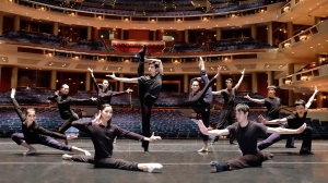 I ballerini della compagnia di Shen Yun di New York in posa sul palco del Broward Center di Fort Lauderdale in Florida.