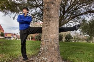 Shen Yuns artister, som Jingting Lin, stretchar alltid innan en föreställning ... Och då menar vi STRETCHAR.