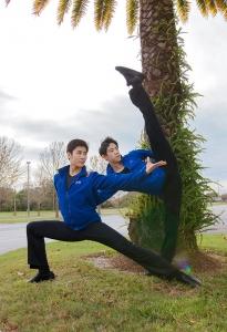 Từ bên trái: Các diễn viên Shen Yun New York Company Jay Huang và Piotr Huang (không liên hệc bà con) ở Lakeland, Florida.