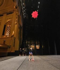 """Cheney Wu från Shen Yuns World Company tränar tekniken """"näsduksbumerang med bakåtvolt"""" innan en föreställning på San Franciscos War Memorial Opera House."""