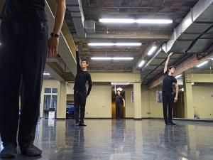 션윈 순회예술단 소속 무용수들이 디트로이트오페라하우스 스튜디오에서 연습을 중이다. 왼쪽부터 처싱하오, 대니엘 징, 앨런 리. (photo by dancer Piotr Huang)