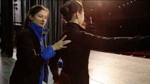 보스턴오페라하우스 공연에 앞서 수석 무용수 마들린 로브주아가 동료 무용수의 자세 교정을 돕고 있다. 보스턴 공연 주최사가 보낸 감사의 편지.