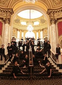 I ballerini della compagnia internazionale di Shen Yun si fermano un momento per una foto tra le due esibizioni del sabato 23 gennaio al Boston Opera House