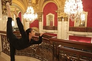 La prima ballerina Waidi Ku si scalda prima dello spettacolo della mattina del 23 gennaio al Boston Opera House