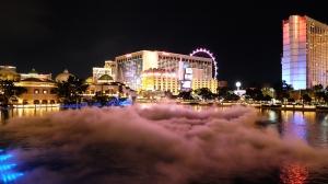 라스베가스의 분수대. 드라이아이스로 구름이 뜬 듯한 효과를 냈다. 드라이아이스 구름 안에서 숨 쉬는 법이 궁금하다면 최근 무용수 미셸 우가 올린 블로그를 볼 것. (photo by dancer Nancy Wang)