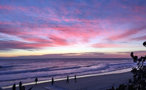 션윈 국제예술단 소속 기술팀이 아침 7시 공연장으로 가는 길에 마주친 해변 풍경. (photo by projectionist Annie Li)