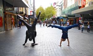 Di daerah perbelanjaan Perth, penari Zack Chen menantang menjadi patung untuk melihat siapa yang bisa menahan pose terlama. Coba tebak siapa yang menang. (Foto oleh penari Mark Kao)