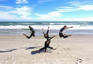 米フロリダ州メルボルンで柔らかい砂を楽しむダンサーたち。左から時計回りに:シー・イーチエン、ミランダ・ヂョウ=ガラティ(周暁)、鄭道詠(ジェン・ダオヨン)、ダイアナ・タン(藤安娜)[撮影:ダイアナ・タン]