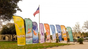 Banners herinneren aan de jaarlijkse ontwerpen van Shen Yun van 2009 tot en met 2015 buiten California Center for the Arts Escondido. (foto door danseres Nancy Wang)