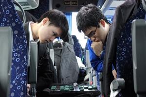 Pemain biola Victor Hsiao dan klarinet Yuen-suo Yang memainkan catur Cina. (Foto oleh Darrell Wang)