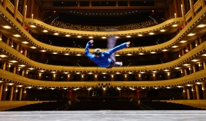 演出前,神韻紐約藝術團的舞蹈演員Felix Sun在劇院上空「飛」過。