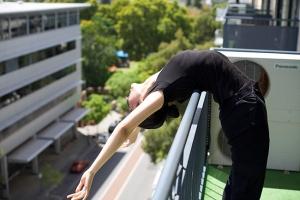 Bagian dari ritual harian seorang penari: bangun di pagi hari dan tarik hingga berbunyi tulang belikat Anda. (Foto oleh penari Chunko Chang)