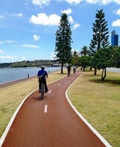 Bagian dari Perth ini sungguh pas untuk mereka yang suka kegiatan di luar ruangan. Pagi hari pk.05:00, jalan untuk jogging dan bersepeda penuh dengan orang-orang keluar untuk olahraga pagi. (Foto oleh penari Songtao Feng)