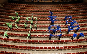 Dansers van Shen Yun International Company creëren de Chinese karakters Shen Yun (神韻) in het Oncenter Crouse Hinds Theater in Syracuse, NY.  (foto door filmoperateur Annie Li)