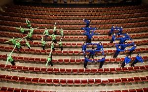神韻國際藝術團的舞蹈演員在錫拉丘茲的克勞斯海英茲劇院中心排成「神韻」大字。(攝影:天幕放映師Annie Li)