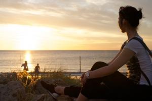 Danseres Stephanie Guo geniet van de West Australische zonsondergang. (foto door danser Chunko Chang)