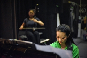 Pianist Huichen Chen oefent met erhu soloiste Linda Wang achter de schermen in het Regal Theatre in Perth, Australië, waar Shen Yun World Company negen shows gaf. (foto door danseres Lily Wang)