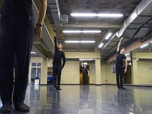 I ballerini in tournée della compagnia di Shen Yun provano nella sala studio del Detroit Opera House. Da sinistra Xinghao Che , Daniel Jiang e Alan Lee ( foto del ballerino Piotr Huang)