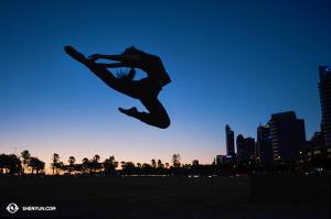 Tancerka Stephanie Guo na tle panoramy miasta w Australii. (fot. tancerka Daniella Wollensak)