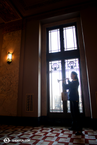 Suona player Maria Han practicing before the performance at the Peabody Opera House in St Louis. (photo by Annie Li)