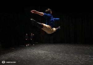 Opičí král Jim Chen se rozcvičuje před představením v ženevském Bâtiment des Forces Motrices, 25. února. (foto: Jacky Pun)