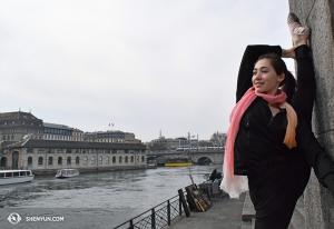Další den zahajuje protahování na balkoně divadla na čerstvém vzduchu první sólistka Miranda Zhou-Galati. (vyfotila tanečnice Diana Teng)
