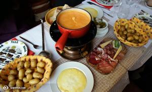 První den ve Švýcarsku... co jiného byste ochutnali než fondue? (vyfotila Annie Lin)