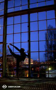 A také první sólistka Chelsea Cai při rozcvičce v BFM, jež leží na ženevské řece Rýn. (vyfotila Annie Li)
