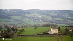 Po příletu do Evropy zamířil soubor do Švýcarska přes půvabnou francouzskou krajinu. (vyfotila Annie Li)