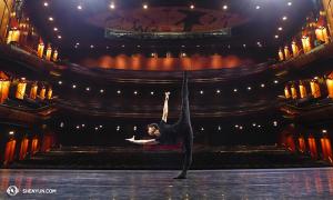 オーストラリア最後の公演会場、シドニー・リリック・シアターの舞台で練習するジョー・ホワン[撮影:ダンサー、馮松濤(フォン・ソンタオ)]