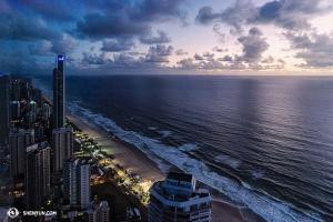 Masih di bawah, tampil di Gold Coast yang indah, anggota Shen Yun World Company mengabadikan pemandangan hari baru dari lantai 63 hotel. (Foto oleh penari Lily Wang)