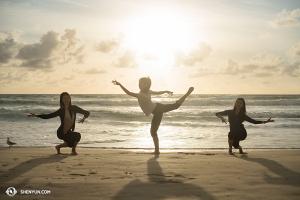 """Las """"hadas del mar"""" pisan tierra. De izq. a der.: las bailarinas Yoriya Kikukawa, Claudia Yang y Emily Lin. (Foto de la bailarina Stephanie Guo)"""