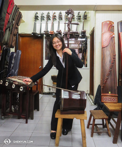 And Shen Yun World Company arrived in Taiwan after six weeks Down Under. Erhu soloist Linda Wang took the opportunity to sound out a bass erhu at a Taipei Chinese musical instrument store. (photo by suona player Stella Yu)