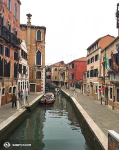 Lihat dari salah satu dari 409 jembatan di Venice. (Foto oleh proyektor Annie Li)