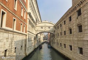 El famoso Puente de los Suspiros. Su nombre se debe a una triste historia: los prisioneros eran sentenciados en el Palacio Ducal, a la izquierda, y eran enviados a los verdugos al edificio de la derecha. En el camino recorrían este puente, y de ahí su nombre. (Foto de la encargada de proyecciones Annie Li)