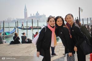 Para penari (dari kiri) Miranda Zhou-Galati, Diana Teng, dan Chelsea Cai di Venice. (Foto oleh Olivia Chang)