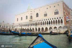 Saat libur sehari di Italia, Shen Yun International Company mengunjungi Venesia. Vegas tidak mendapat apa-apa! The Palazzo Ducale. (Foto oleh Olivia Chang)