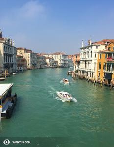 Ini diambil di wilayah Dorsoduro Venesia dari jembatan Ponte dell'Accademia. (Foto oleh proyektor Annie Li)