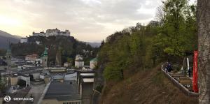 ¿Puedes ver a nuestros bailarines disfrutando de la tarde en Salzburgo? (Foto de la encargada de proyecciones Annie Li)